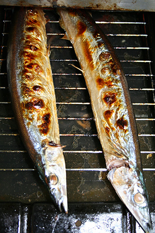 Sanma-no-shioyaki (Salt-grilled Pacific sanma) - cooking