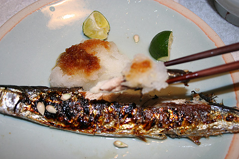 Sanma-no-shioyaki (Salt-grilled Pacific sanma) - how to eat
