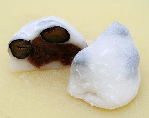 Kuromame (Black Bean) Daifuku Mochi from Demachi Futaba 京都ふたば 丹波黒豆大福